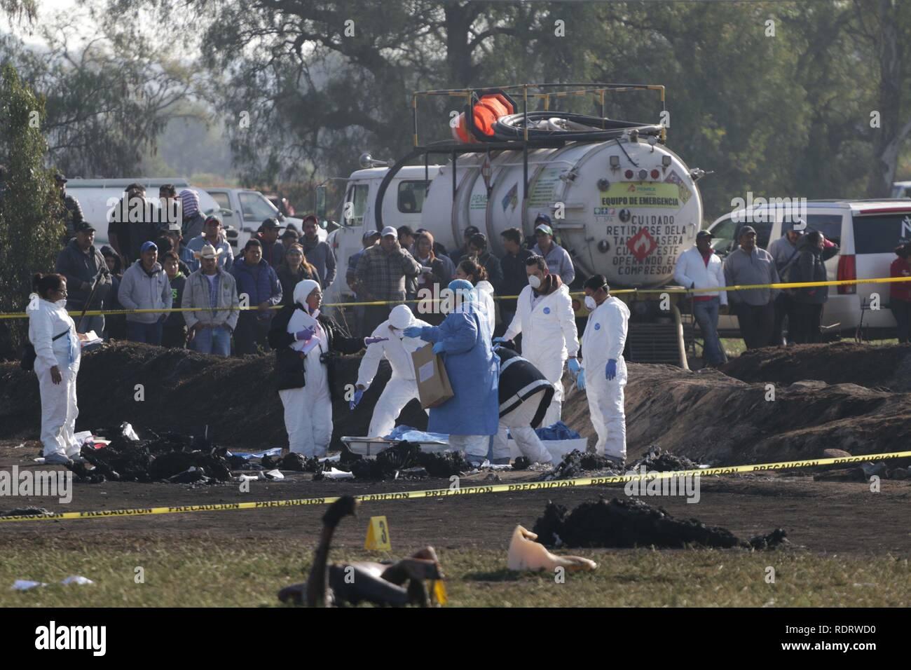 Tlahuililpan, Messico. Xix gen, 2019. Forensic funzionari lavorano in corrispondenza del sito a seguito dell'esplosione di un rubinetto illegale sul messicano oil company Pemex la pipeline in Tlahuilipan, dello stato di Hidalgo, Messico, 19 gennaio 2019. Almeno 66 persone sono morte e 76 altri sono stati feriti, secondo fonti ufficiali. Credito: Jorge Dan Lopez/EFE/Alamy Live News Immagini Stock