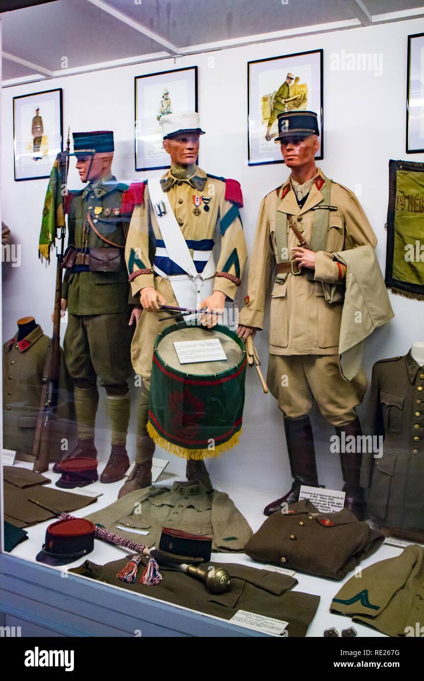 Istituzione des Invalides de la Legion Etrangère à Puyloubier : destra,Tenente marzo batteria 4a REI Maroc 1934,centro caporale drum player Marocco Immagini Stock