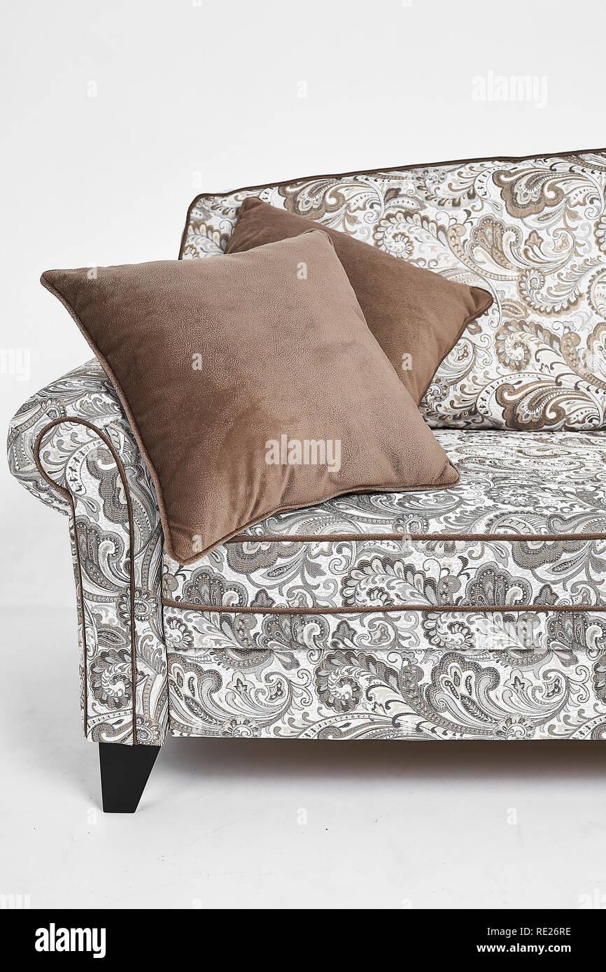 Cuscini Marroni Per Divano.Divano Bianco Con Stile Vintage Patterns E Cuscini Marrone Su Di