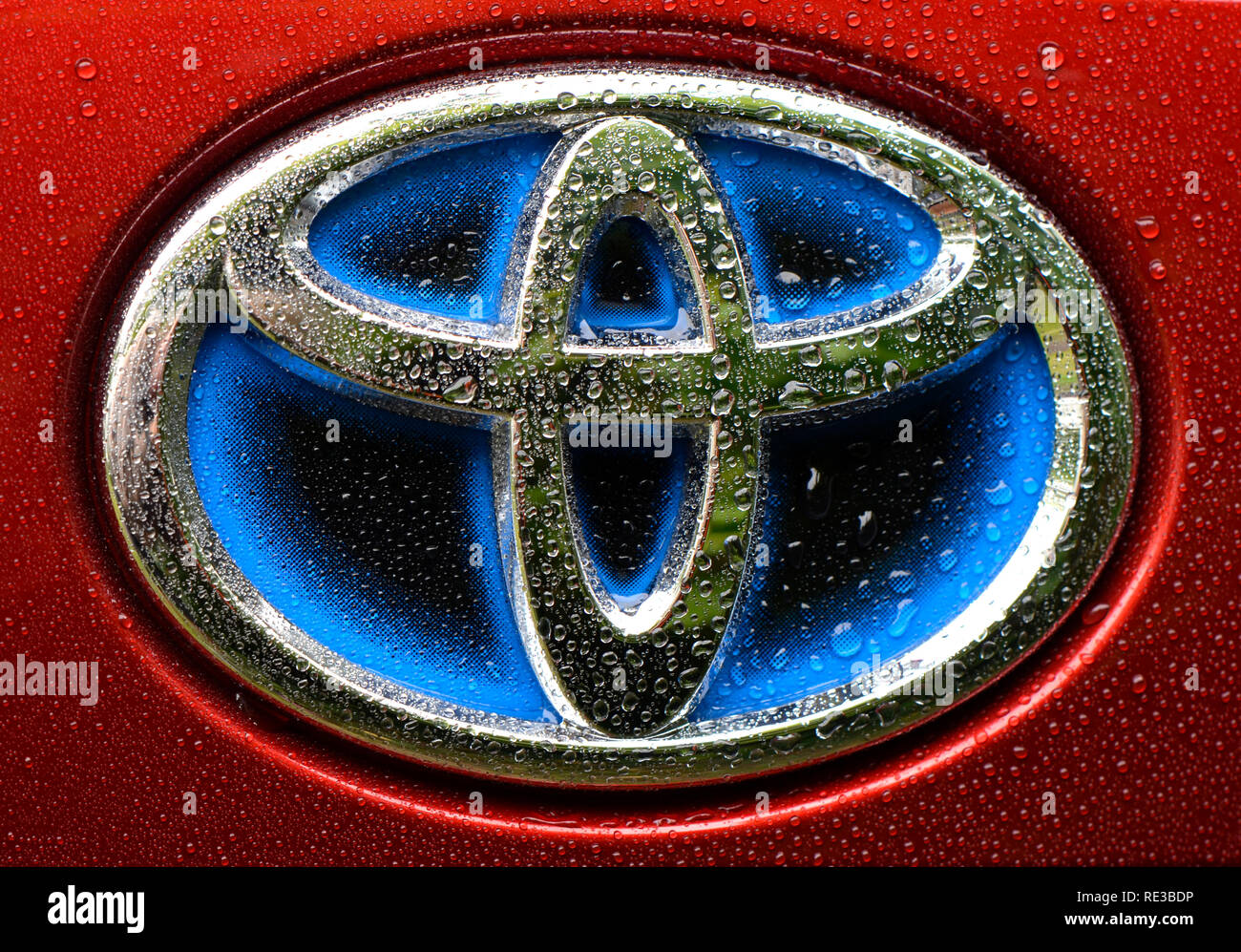Berlino, Germania - 8 Settembre 2017: Blue logo aziendale per hybrid-cars dalla Toyota su una Toyota Prius 4 Immagini Stock