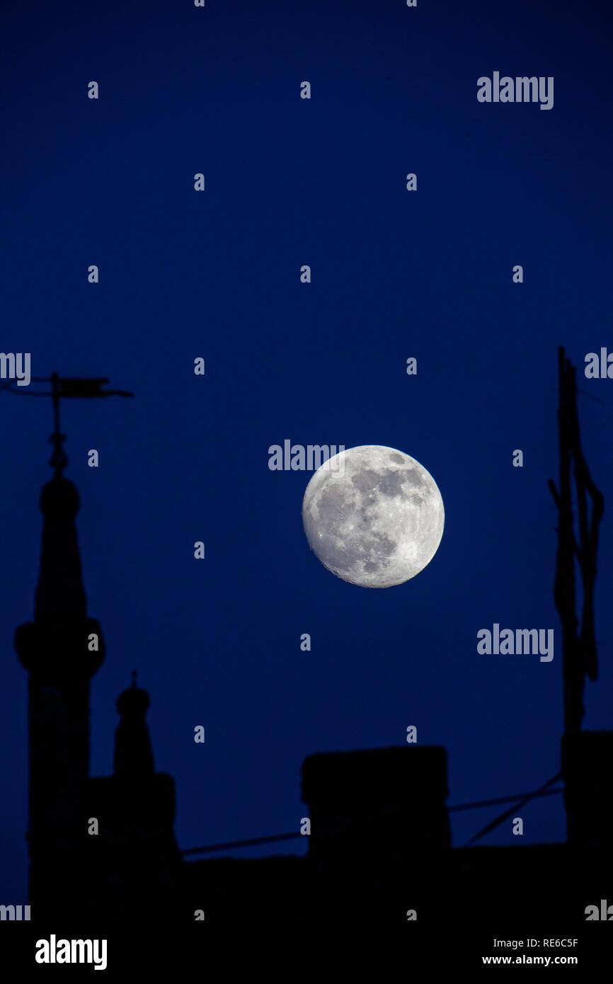 Zennor, Cornwall, Regno Unito. 19 gennaio 2019. La luna al di sopra della chiesa locale durante il lupo sangue Supermoon Credito: Mike Newman/Alamy Live News. Immagini Stock