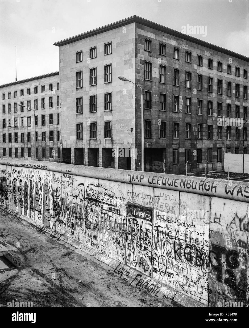Agosto 1986, graffitis sul muro di Berlino, Berlino Est edifici, Zimmerstrasse street, Kreuzberg, Berlino Ovest lato, Germania, Europa Immagini Stock