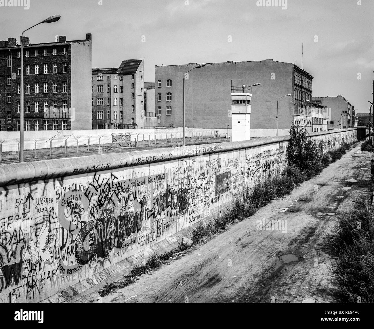 Agosto 1986, graffitis sul muro di Berlino, Berlino Est torre di avvistamento, striscia della morte, Zimmerstrasse street, Kreuzberg, Berlino Ovest lato, Germania, Europa Immagini Stock