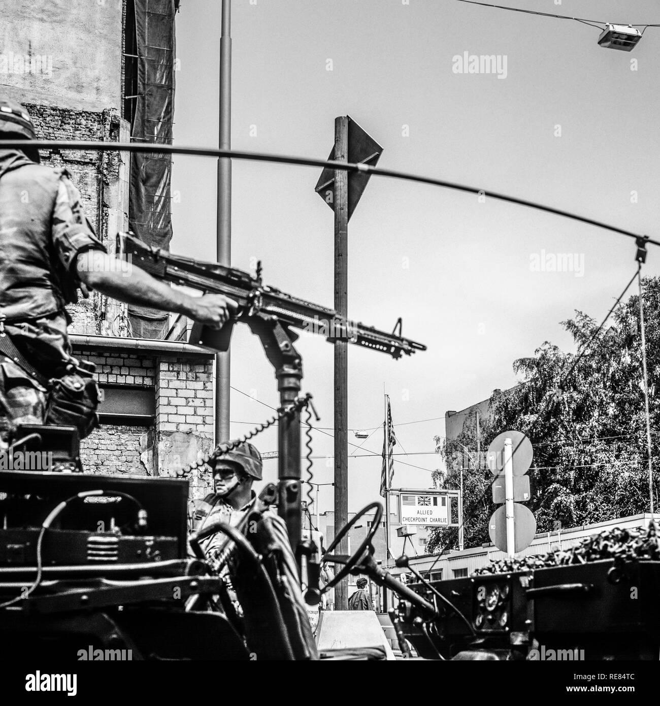 Agosto 1986, Berlino, noi esercito pattuglia di parete in corrispondenza di Allied Checkpoint Charlie, Friedrichstrasse street, Kreuzberg, Berlino Ovest lato, Germania, Europa Immagini Stock