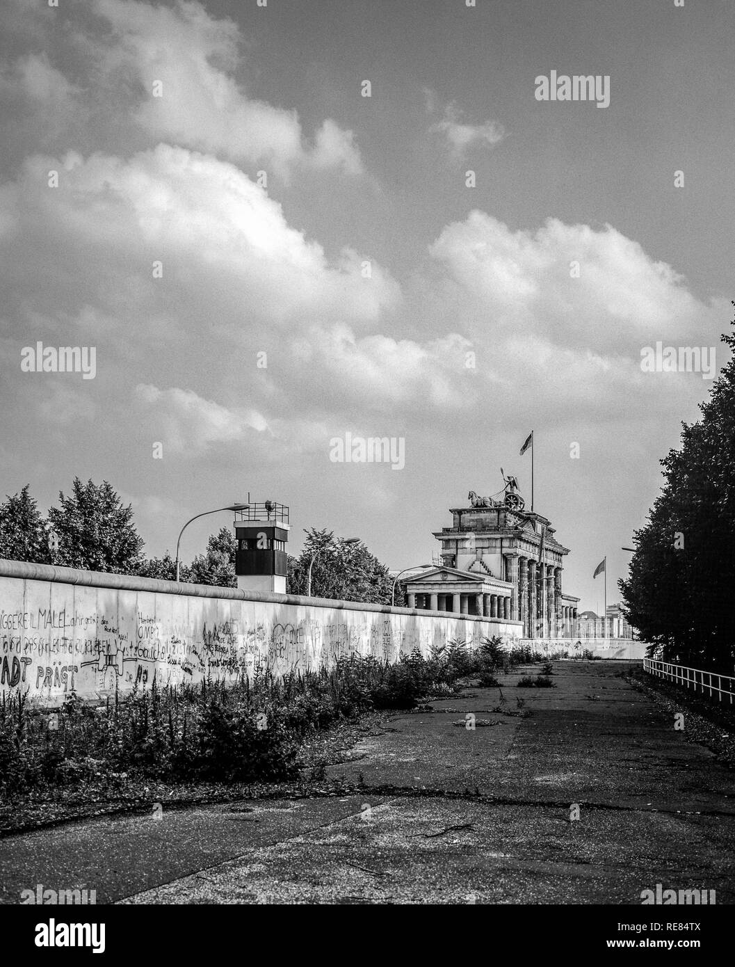 Agosto 1986, il muro di Berlino e la torre di avvistamento East-Berlin accanto alla Porta di Brandeburgo a Berlino Ovest lato, Germania, Europa Immagini Stock