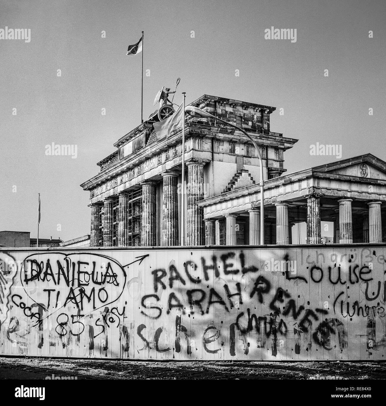 Agosto 1986, graffitis sul muro di Berlino e Porta di Brandeburgo a Berlino Est, Ovest lato di Berlino, Germania, Europa Immagini Stock