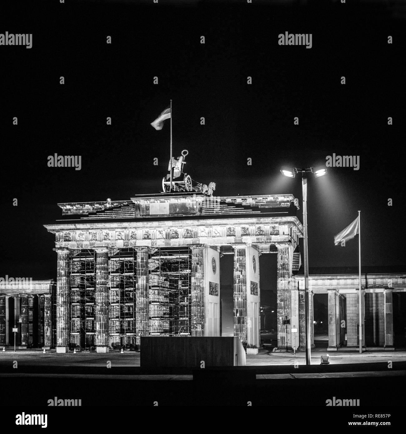 Agosto 1986, illuminato Porta di Brandeburgo di notte a Berlino Est, Ovest lato di Berlino, Germania, Europa Immagini Stock