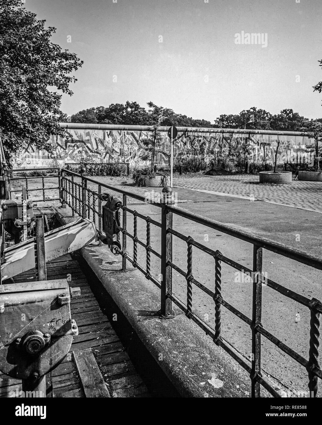 Agosto 1986, Berlino, canal lock, muro di Berlino graffitis, Treptow, Berlino Ovest lato, Germania, Europa Immagini Stock