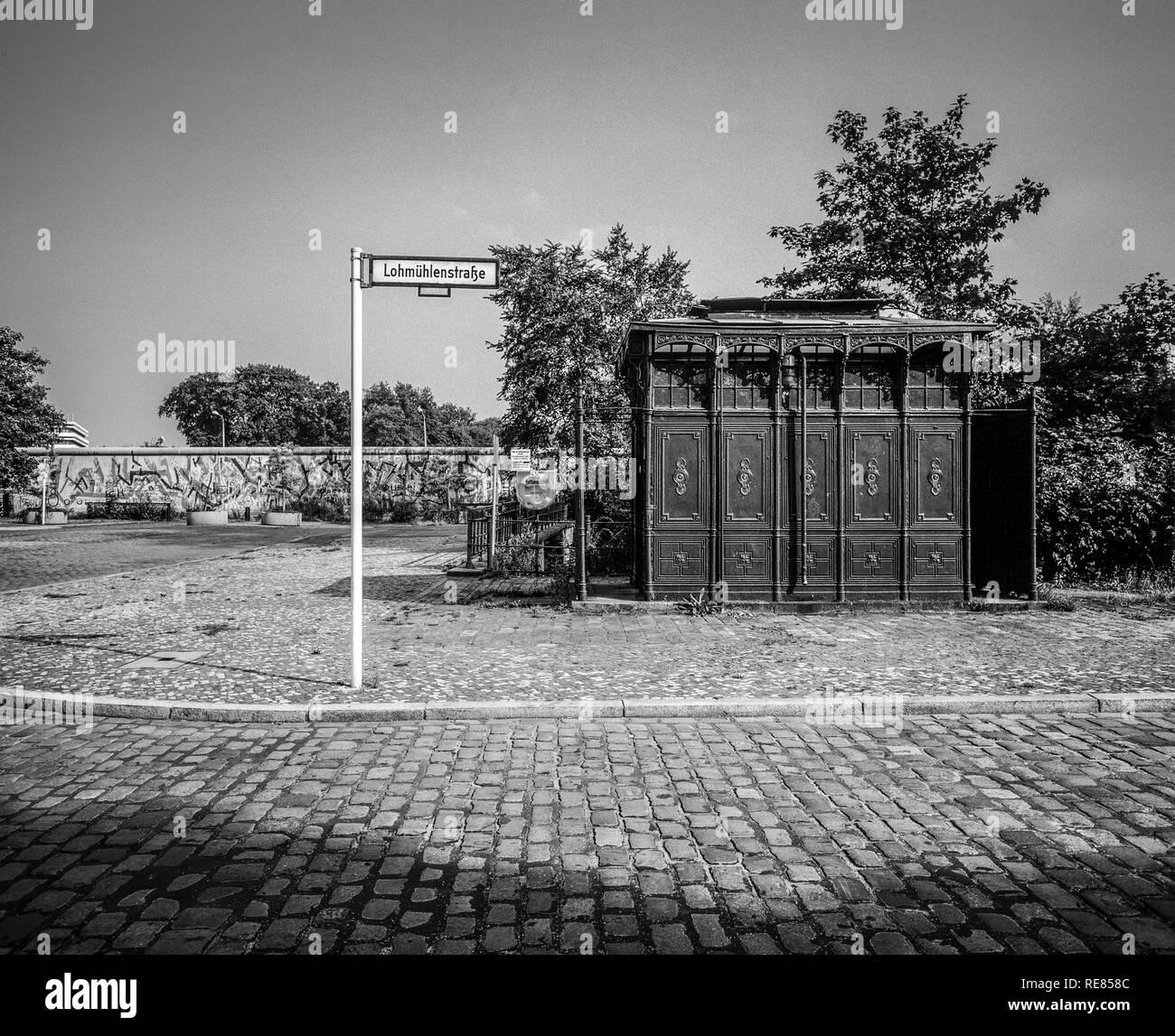 Agosto 1986, antica wc pubblico 1899, il muro di Berlino graffitis, Lohmühlenstrasse strada segno, Treptow, Berlino Ovest lato, Germania, Europa Immagini Stock