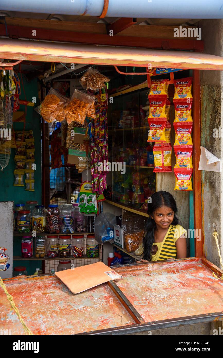 Ragazza in un negozio a Cochin, Kochi, Kerala, India Immagini Stock
