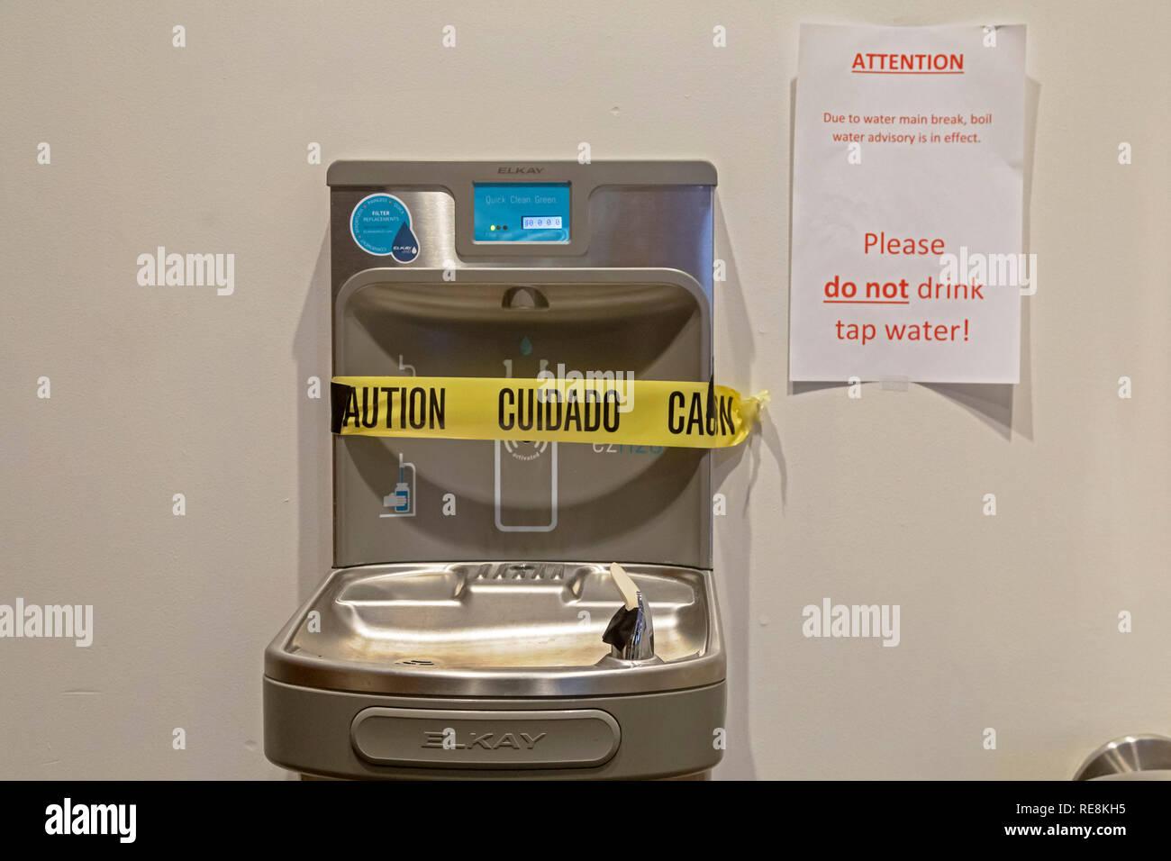 Detroit, Michigan - Città funzionari residenti ha esortato a non bere acqua di rubinetto dopo la scoperta di una rottura di un 42 pollici acqua principali che servono l'area del centro cittadino. Immagini Stock