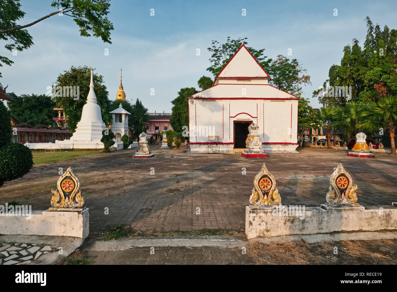 Il vecchio, storicamente imprtant Bot o Ubosot (ordinazione hall; destra) di Wat Phra Nang Sang, Thalang, Phuket, Tailandia; anteriore: Sema o pietre di confine Foto Stock