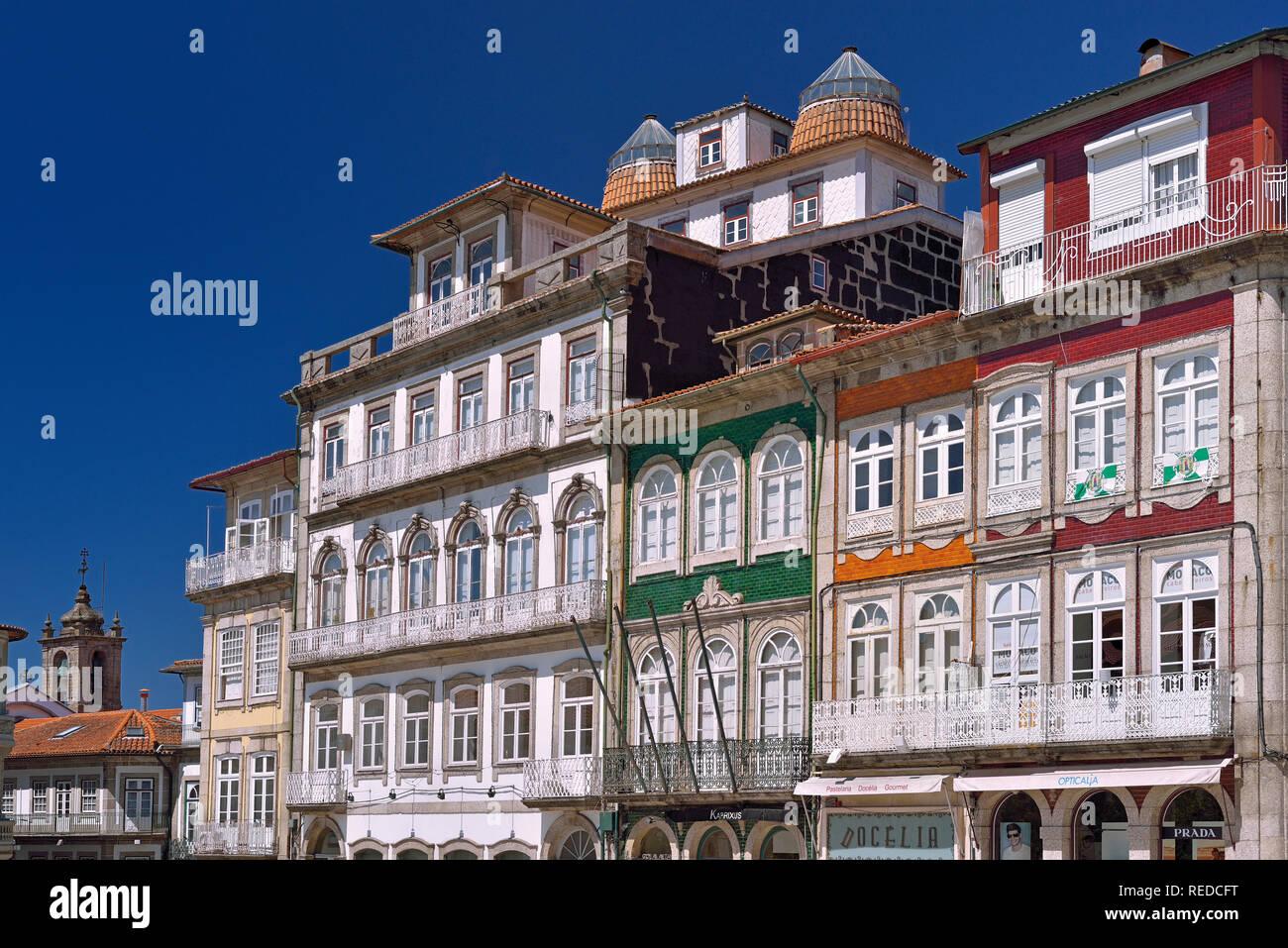 Tradizionali case cittadine e architettura intorno a Largo da Misericórdia nel centro storico di Guimaraes Immagini Stock