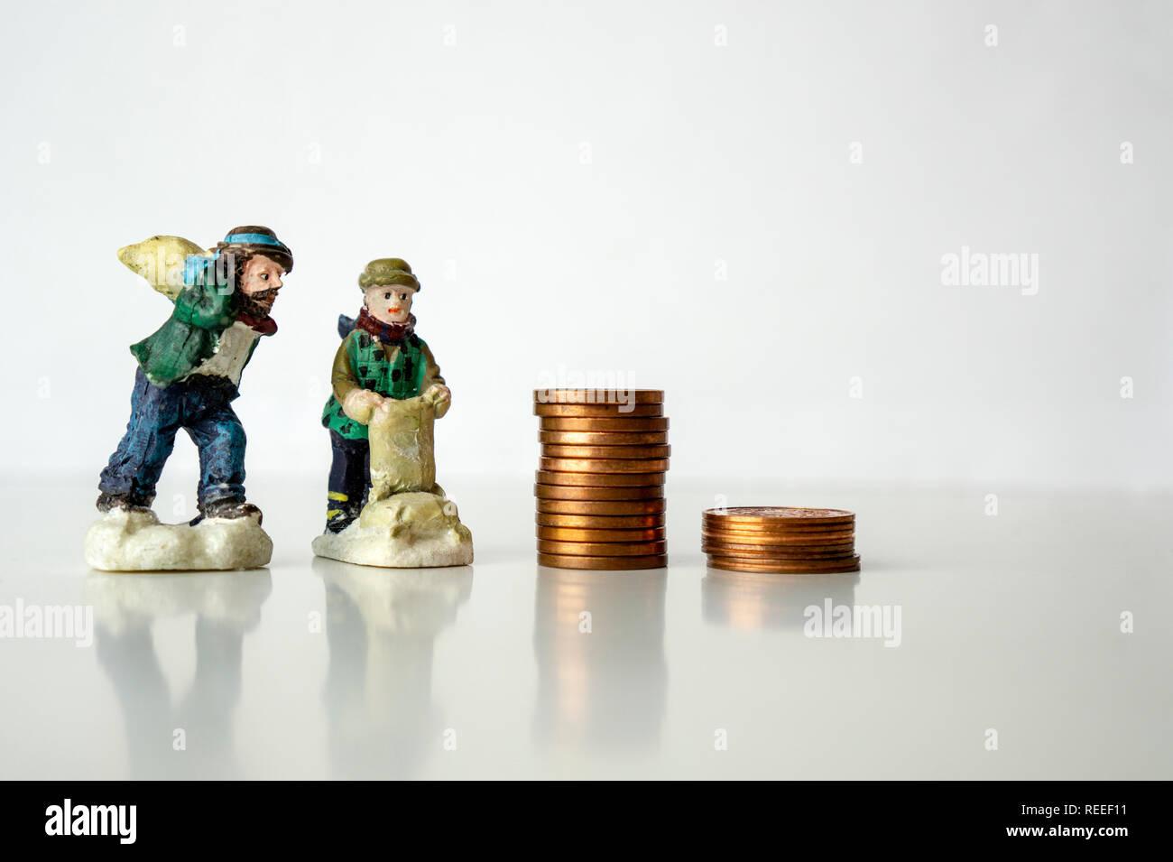 Pila di monete con il lavoratore figure su sfondo bianco che lavora per pochi centesimi centesimi concetto stipendio basso Foto Stock