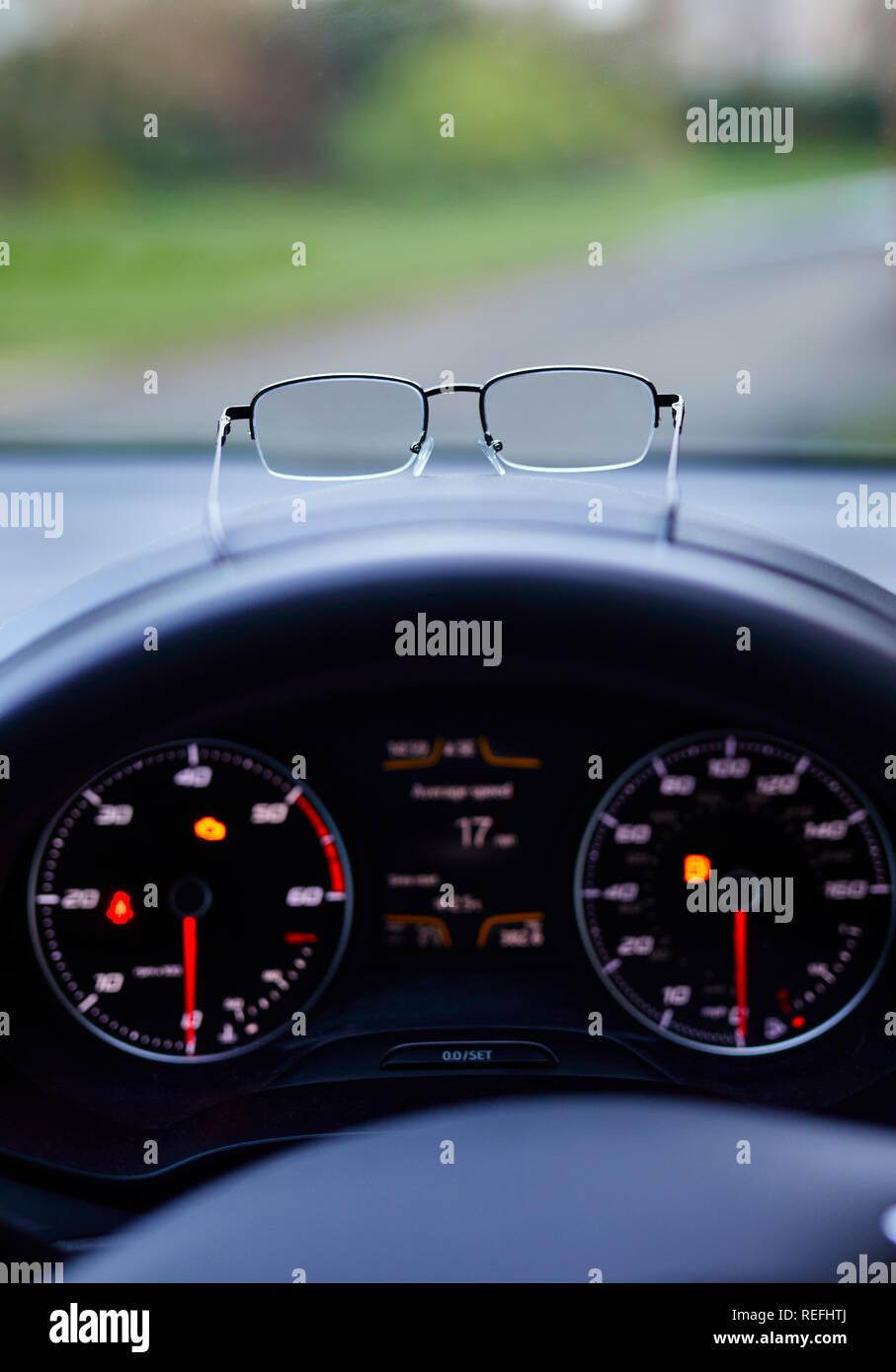 Paio di Occhiali sul cruscotto di automobile Immagini Stock