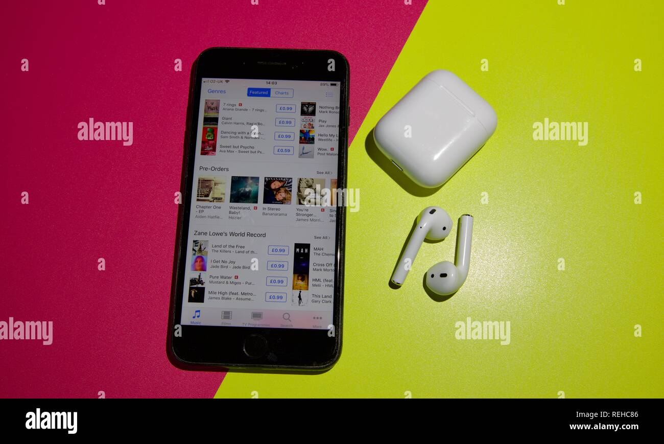Apple Iphone 7 Plus E Airpods Wireless Su Uno Sfondo Colorato Foto