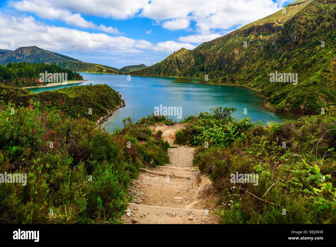 Percorso a piedi che conduce a Lagoa do Fogo lago vulcanico, Azzorre, Portogallo. tavel destinazione Immagini Stock