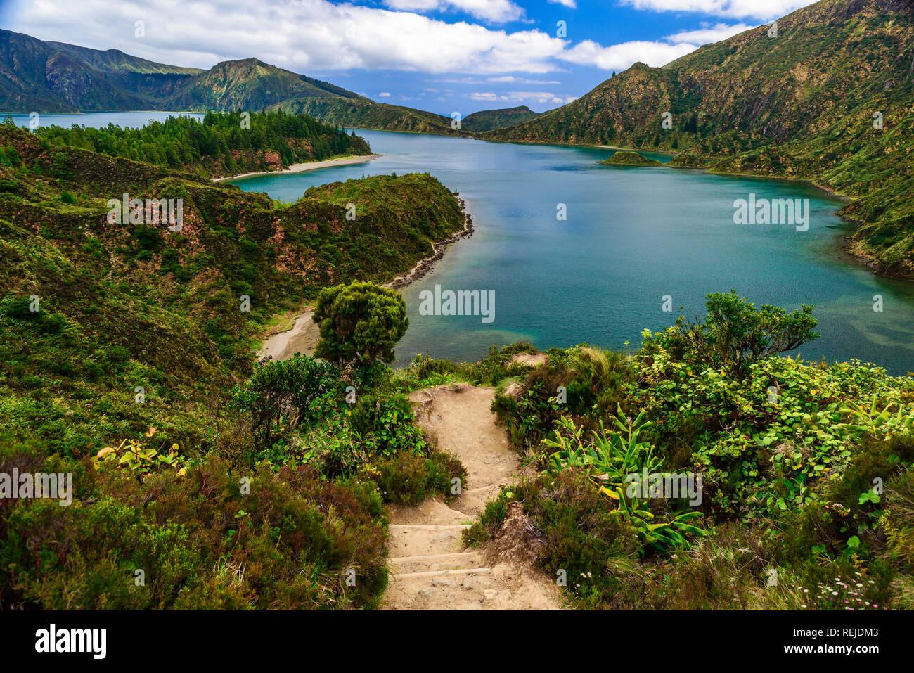 Azzorre, Portogallo. Percorso a piedi che conduce a Lagoa do Fogo lago vulcanico. tavel destinazione Immagini Stock