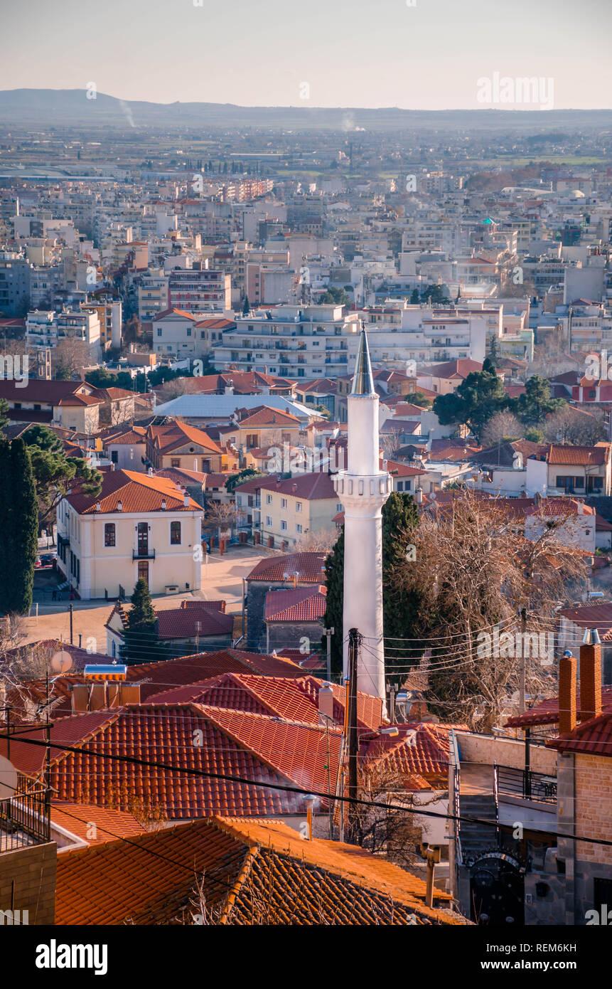 Vista dalla cima della città di Xanthi.Il minareto in primo piano. Immagini Stock