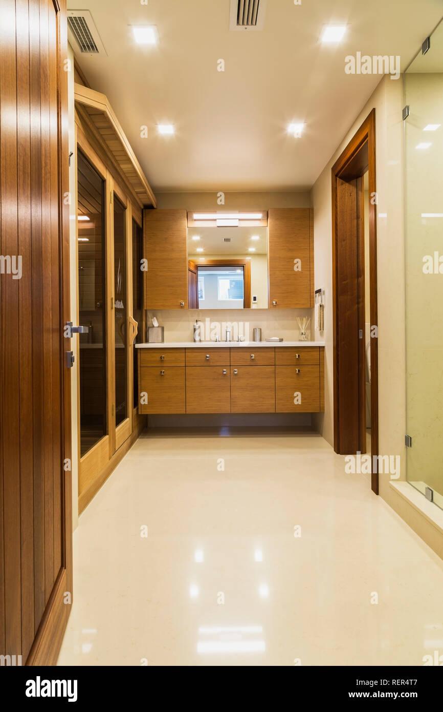 Piano seminterrato bagno con pavimento di marmo bianco e for Pavimento in legno interno
