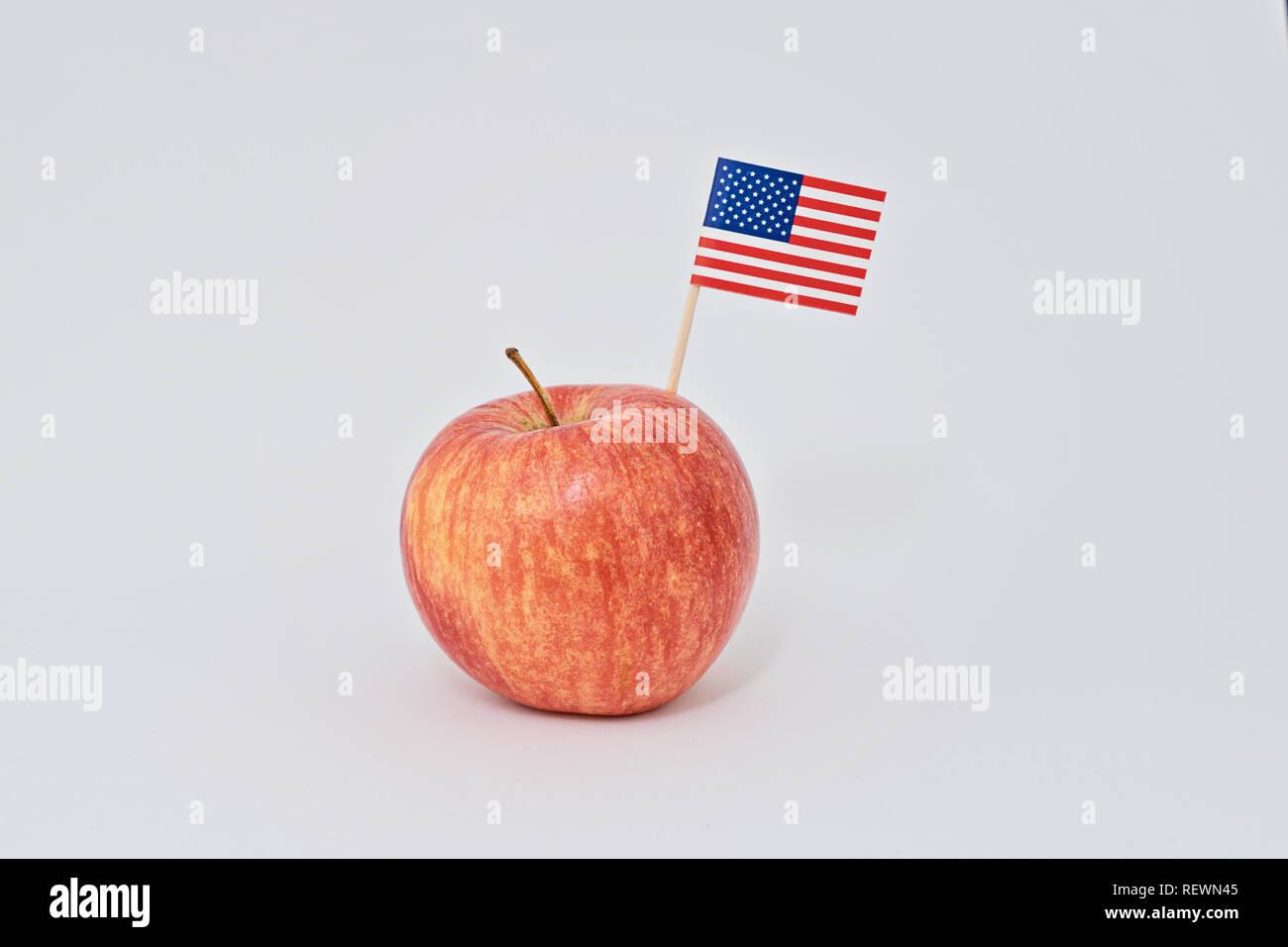 Ripe Rosso Apple E Piccola Bandiera Americana Crostino Su Sfondo