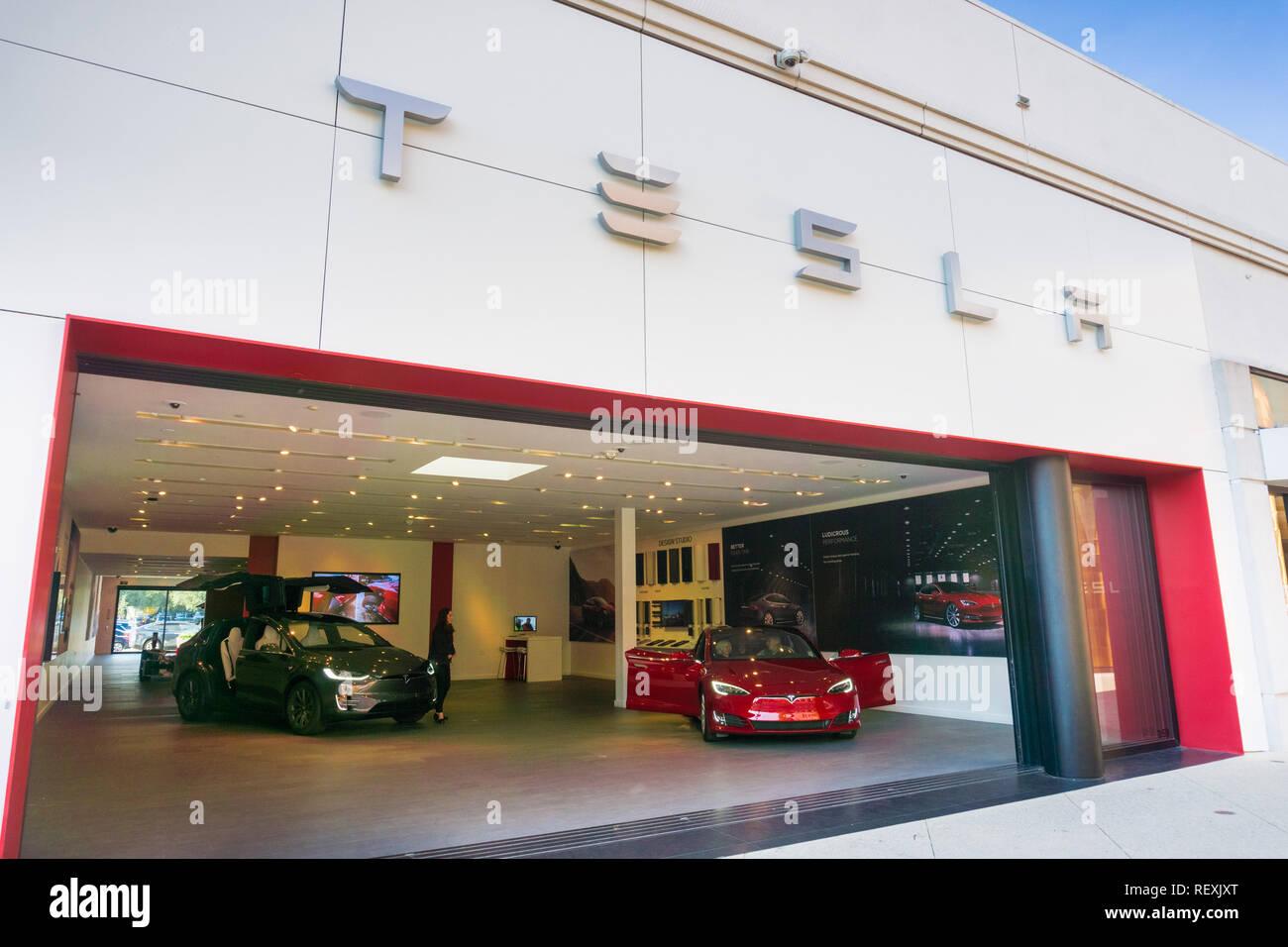 Dicembre 7, 2017 Palo Alto / CA / STATI UNITI D'AMERICA - showroom Tesla visualizzazione Tesla Model S e la Tesla Model X, situato nell'elegante aria aperta Stanford Shopping Foto Stock