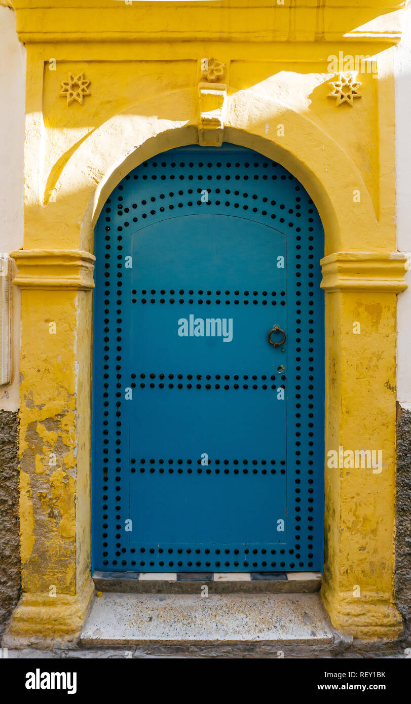 Blu porta arabo in Marocco (Marrakech). Tradizionale stile orientale e design in paesi a maggioranza musulmana Foto Stock