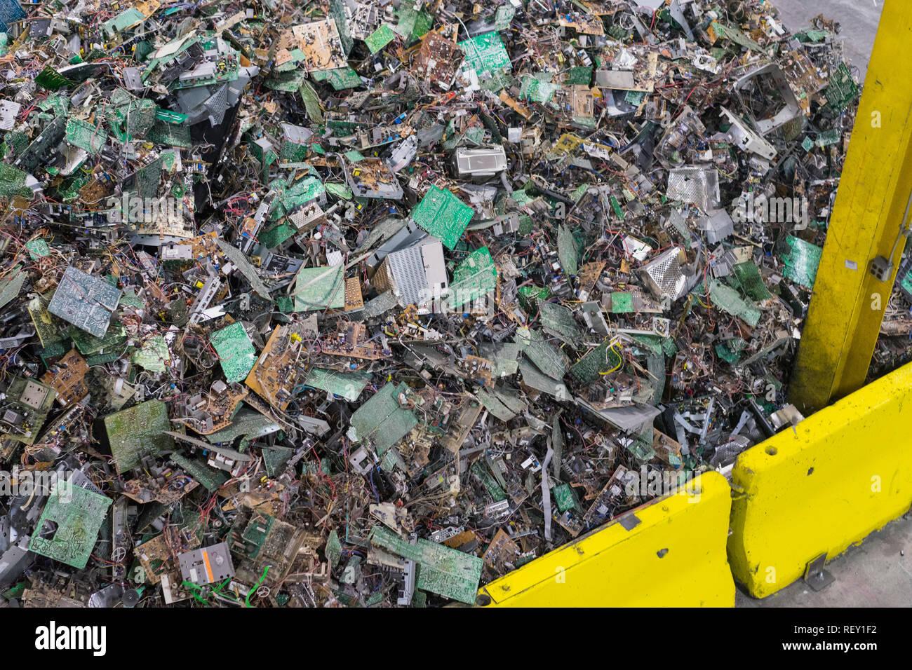 Computer nel cestino dei rifiuti tecnologici di riciclo dei rifiuti elettronici in attesa di essere smantella elettronica dei rifiuti riciclabili. Immagini Stock