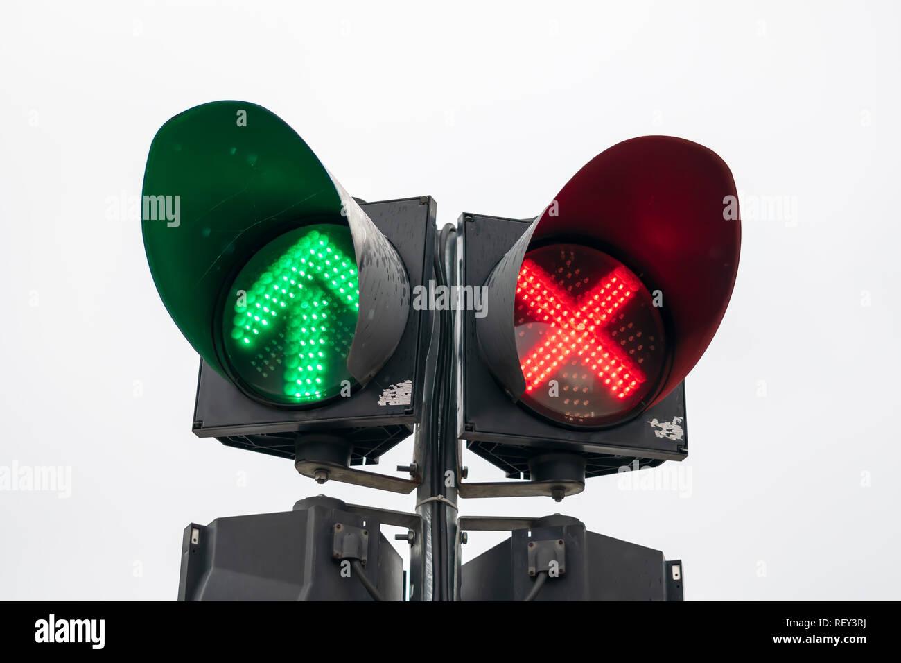 Semaforo Con Croce Rossa E Freccia Verde Acceso Sfondo Bianco Foto