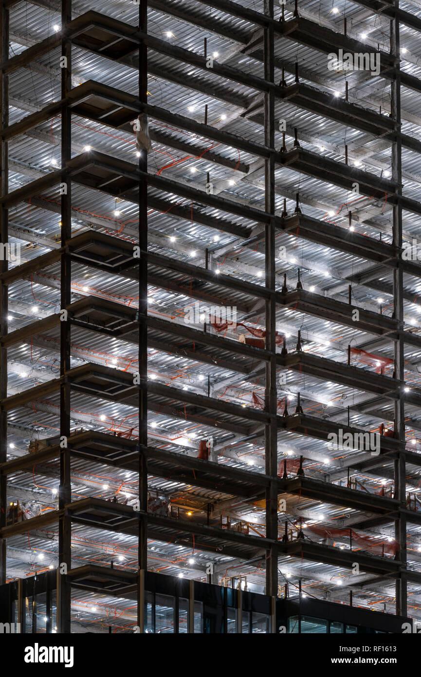 Illuminato edificio in costruzione, Boston STATI UNITI D'AMERICA Foto Stock