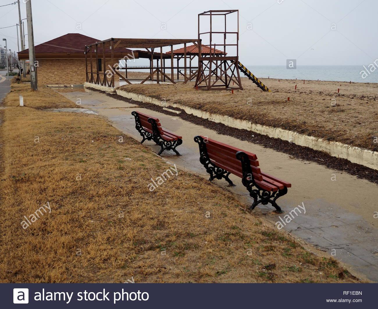Due Vecchie Ferro Rosso Panchine Vicino Al Mare Foto Immagine