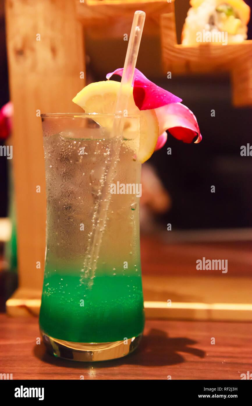 Verde estate tropicale delizia Soda, mocktail rinfrescanti drink morbido per sbarazzarsi di sete con il dolce aroma da calce e fiori di orchidea e gustosi di raffreddamento Immagini Stock