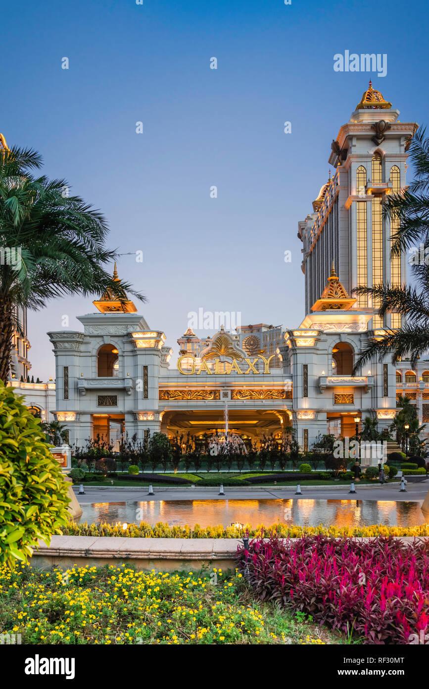 Il Galaxy Hotel architettura esterna illuminata di notte a Macau, Asia. Immagini Stock