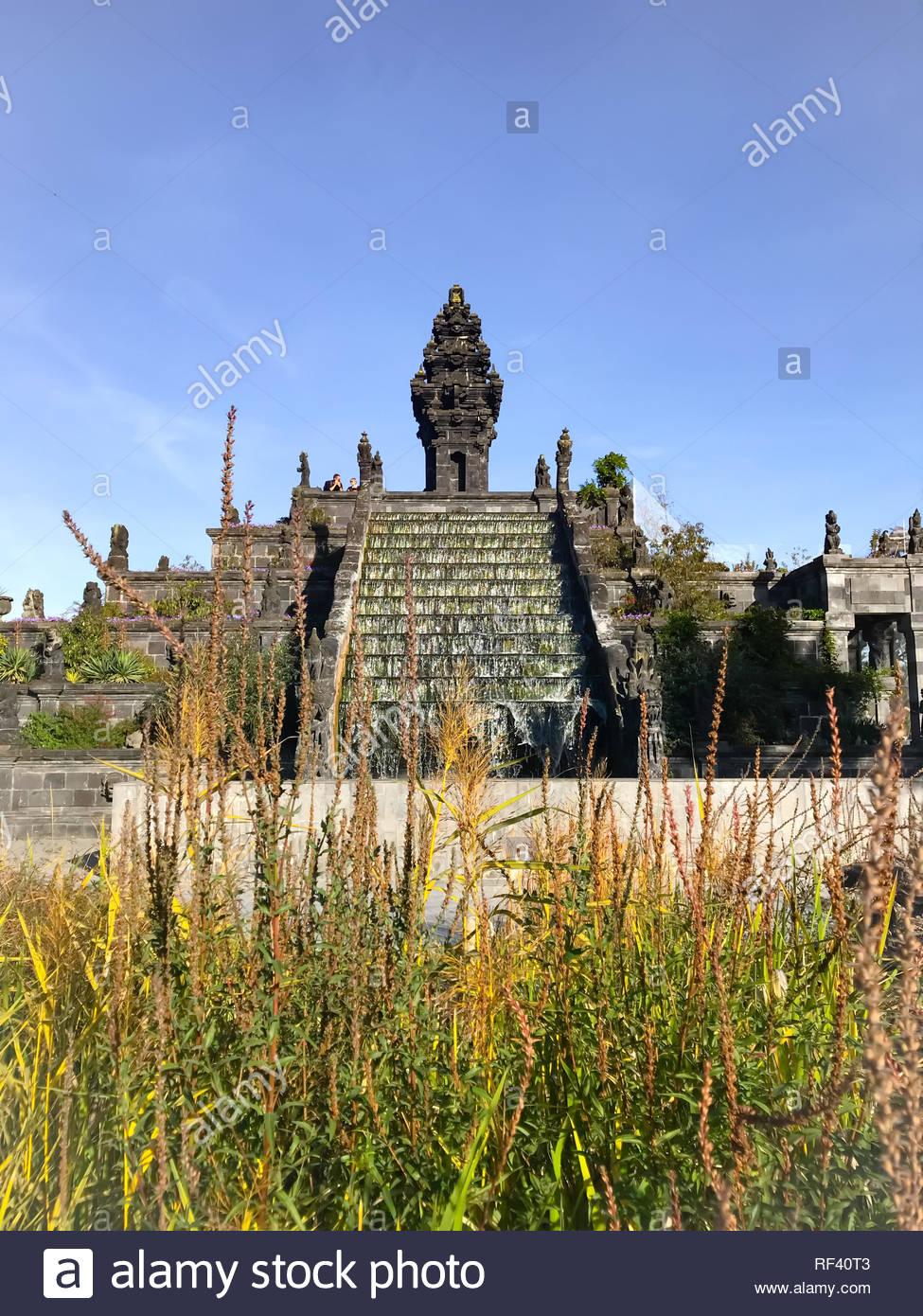 Settembre 2018 - Hainaut, Belgio: il tempio di fiori sulla base di stile Balinese tradizionale architettura indù al belga Zoo Pairi Daiza Foto Stock