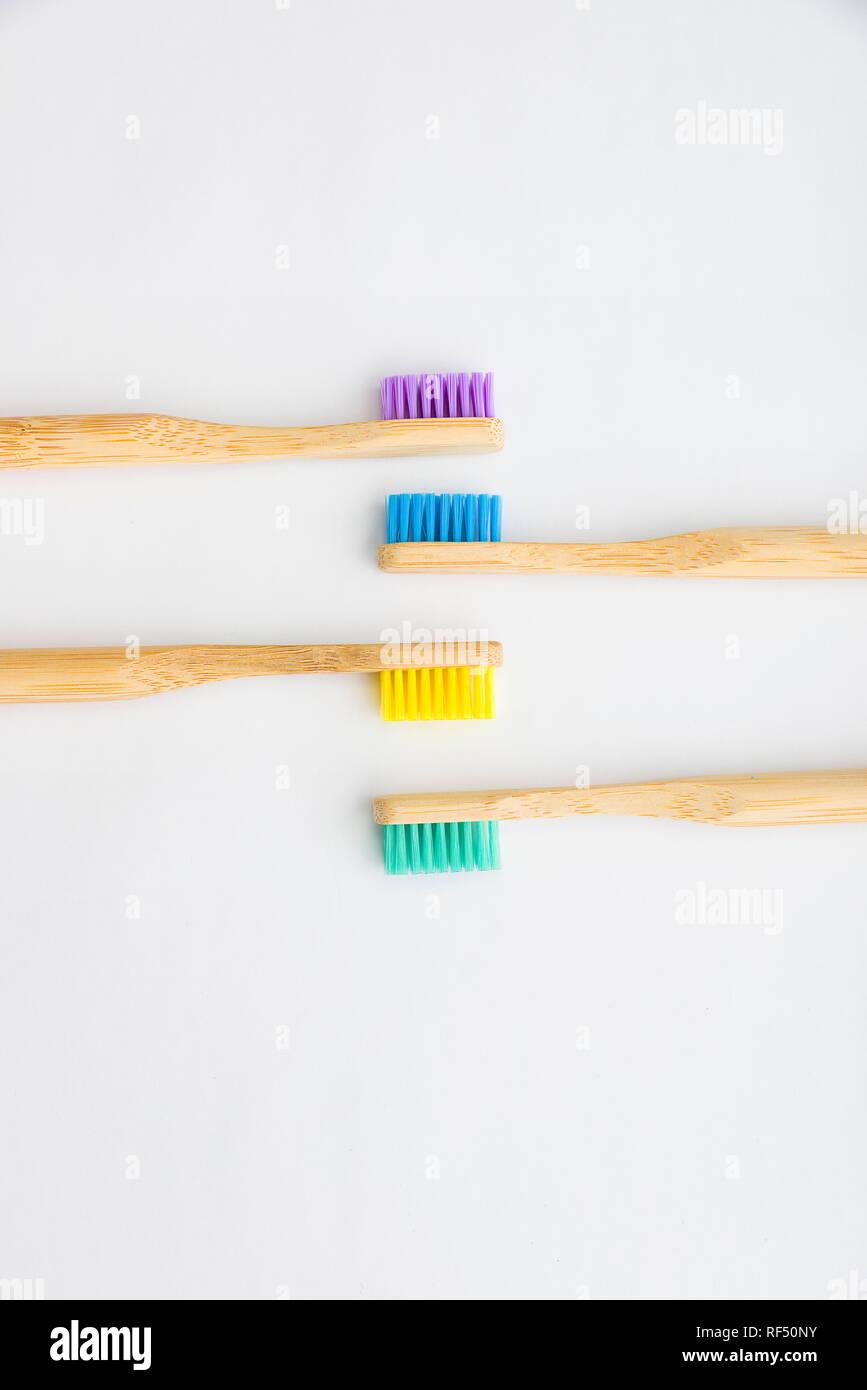 La guerra sulla plastica ha iniziato e bambù gli spazzolini da denti sono uno di questi prodotti in aumento in popolarità per la sua eco friendly innovazione per un prodotto di uso quotidiano Immagini Stock