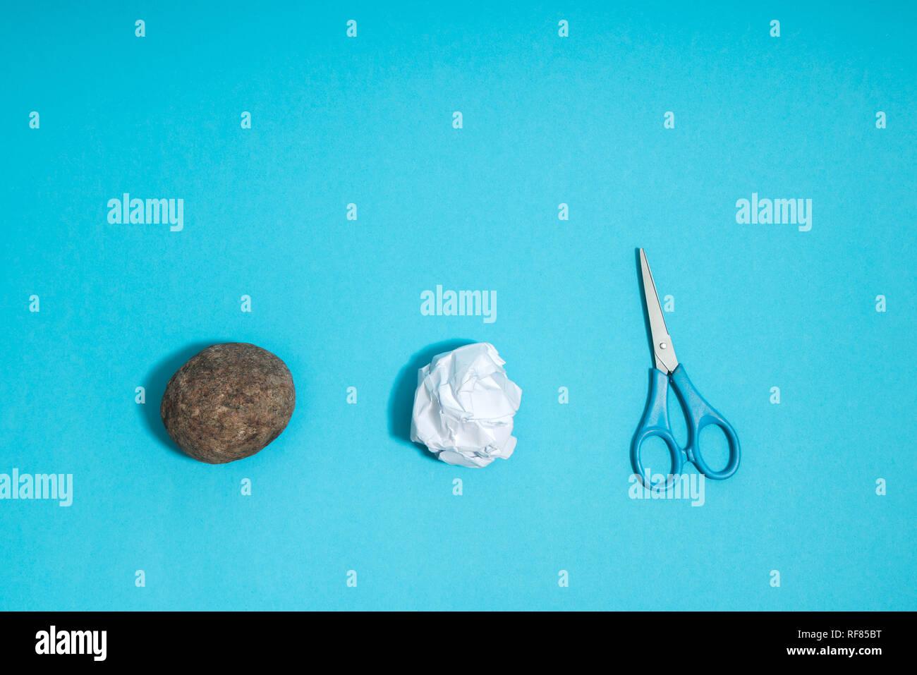 Rock, Paper, Scissors concetto. Scelta, il processo decisionale. Superiore Vista su sfondo blu Immagini Stock