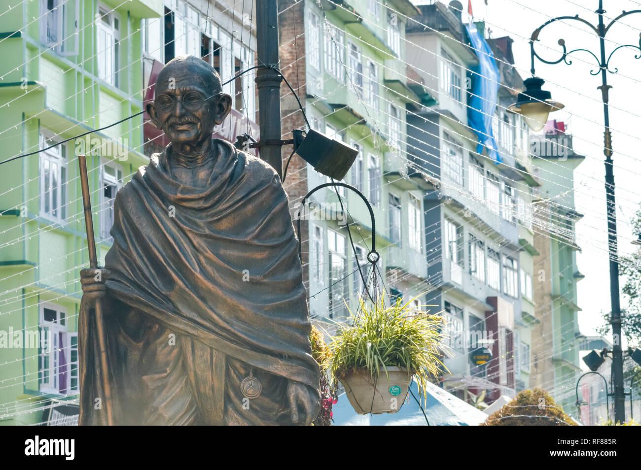 La statua del Mahatma Gandhi in MG Marg vicino a Mall road, Gangtok, Sikkim, India uno dei più visitati in città per le attrazioni turistiche. Immagini Stock