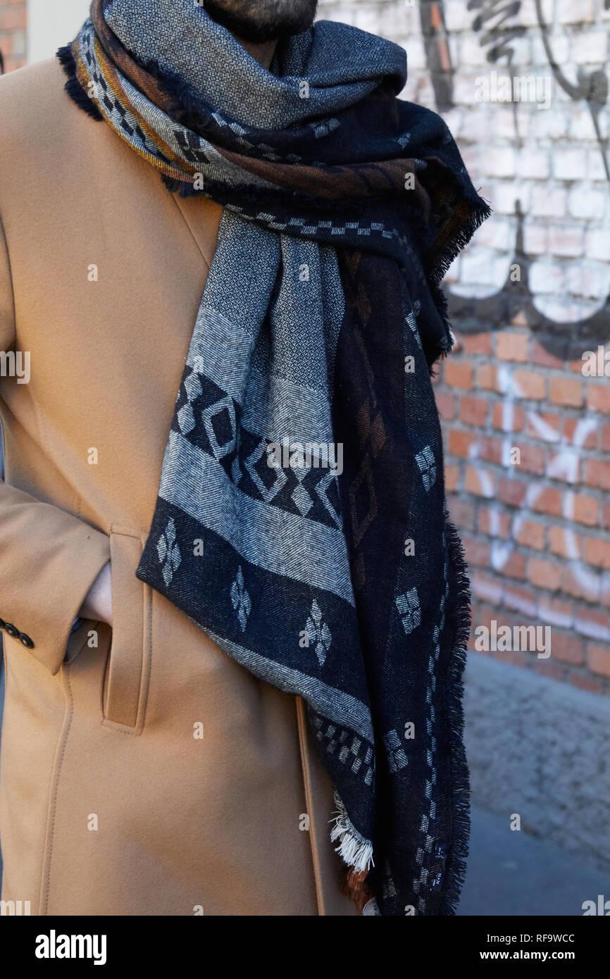 brand new 8edff d6081 Milano, Italia - 14 gennaio 2019: l'uomo con rivestimento di ...