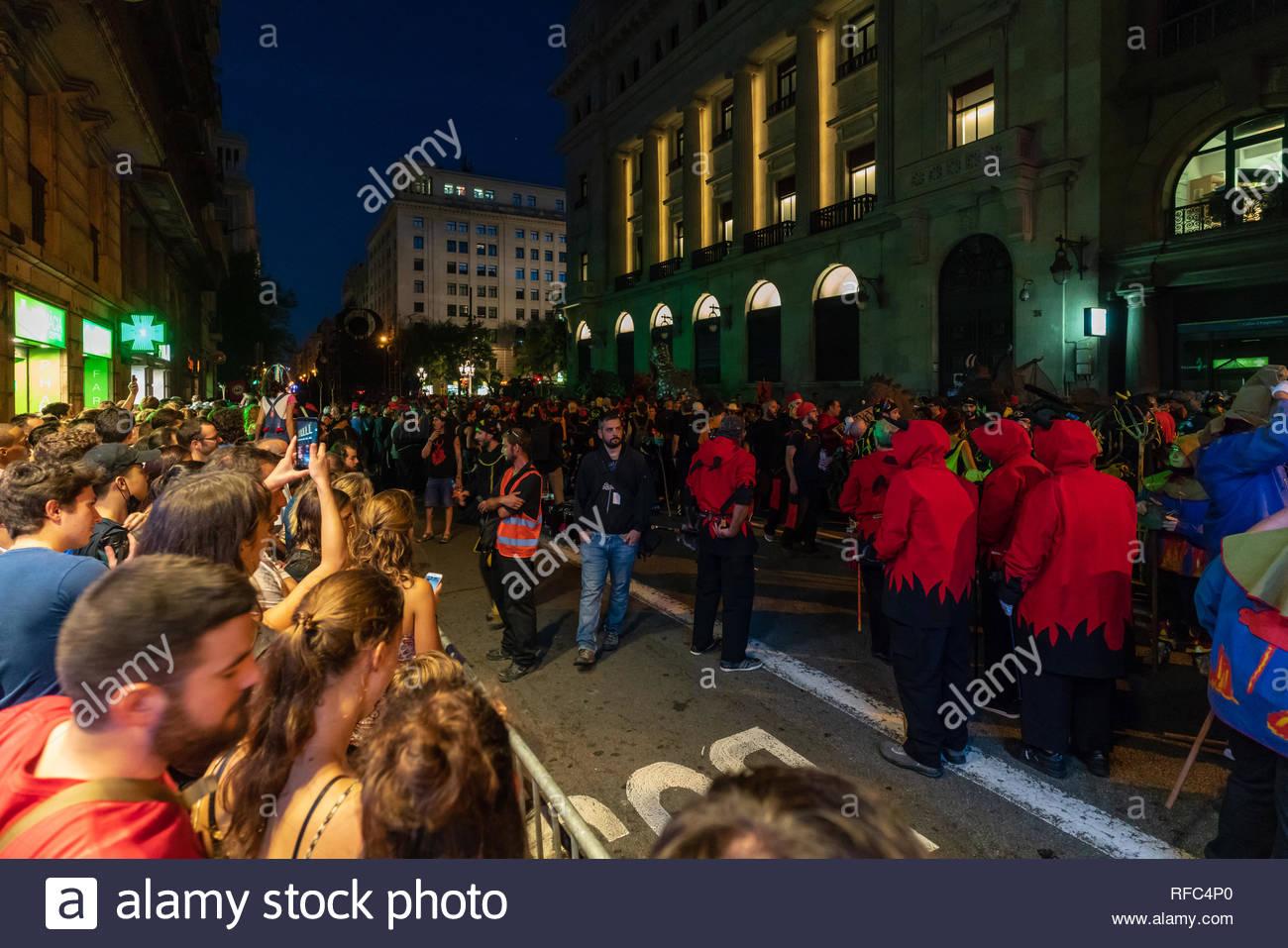 Affollamento di persone a condurre al massimo il Correfoc al La Merce festival in Bracelona, Spagna, 2018 Immagini Stock