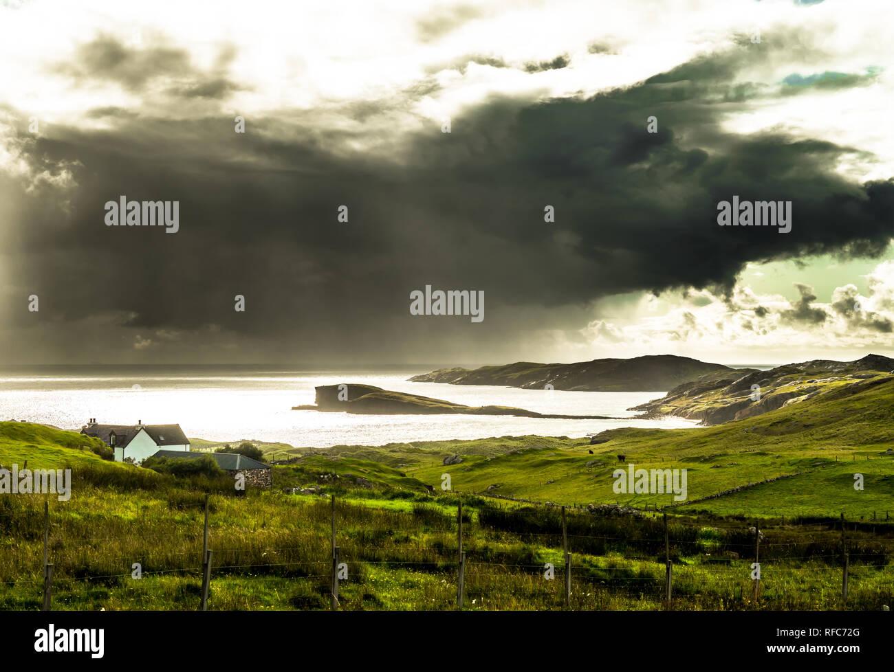 Il paesaggio costiero con pesanti nuvole a Oldshoremore spiaggia vicino Kinlochbervie in Scozia Foto Stock