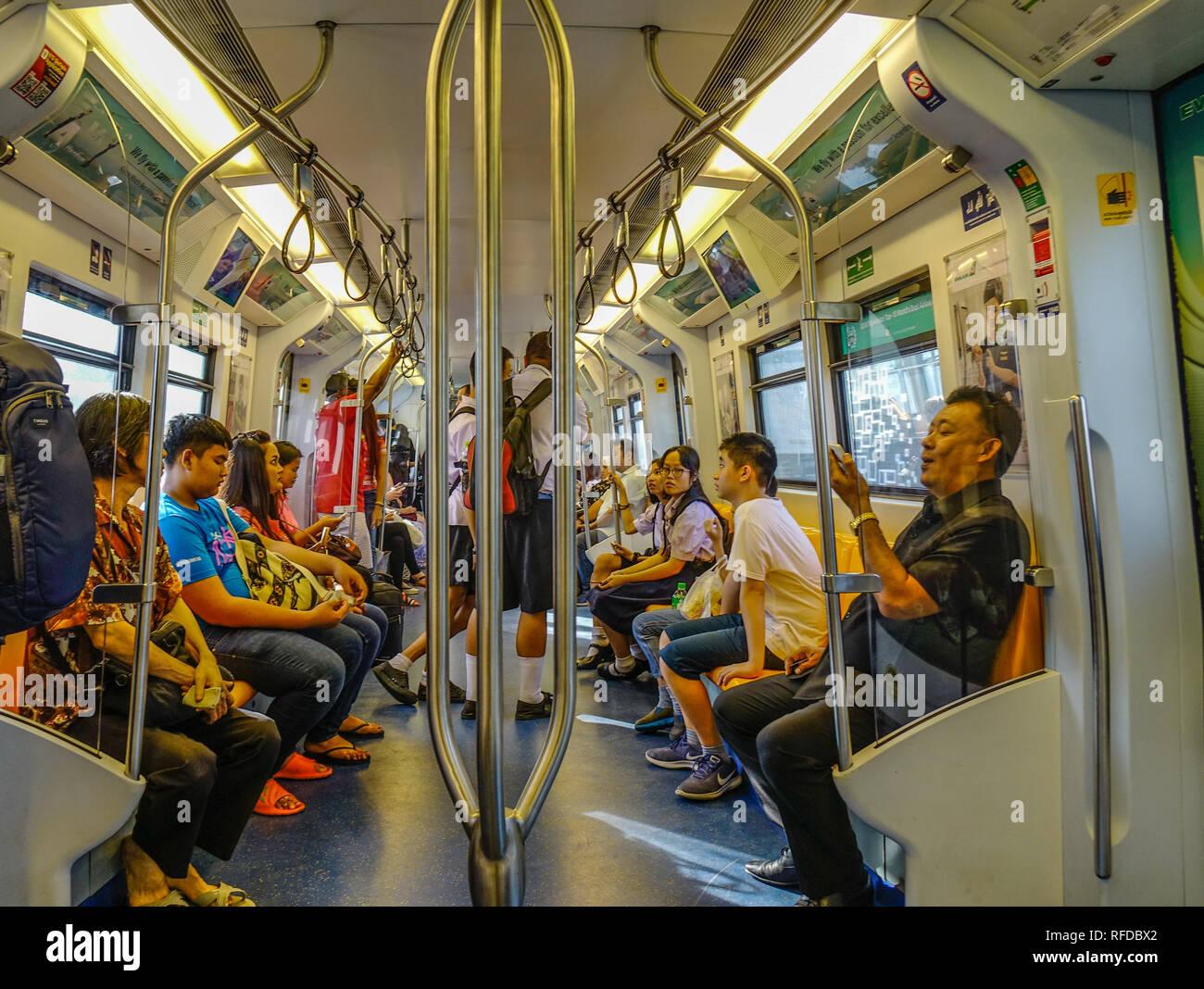 Bangkok, Thailandia - Dic 25, 2018. Gente seduta sul treno BTS a Bangkok, in Thailandia. Il traffico è stato la principale fonte di inquinamento atmosferico in Bangkok. Immagini Stock
