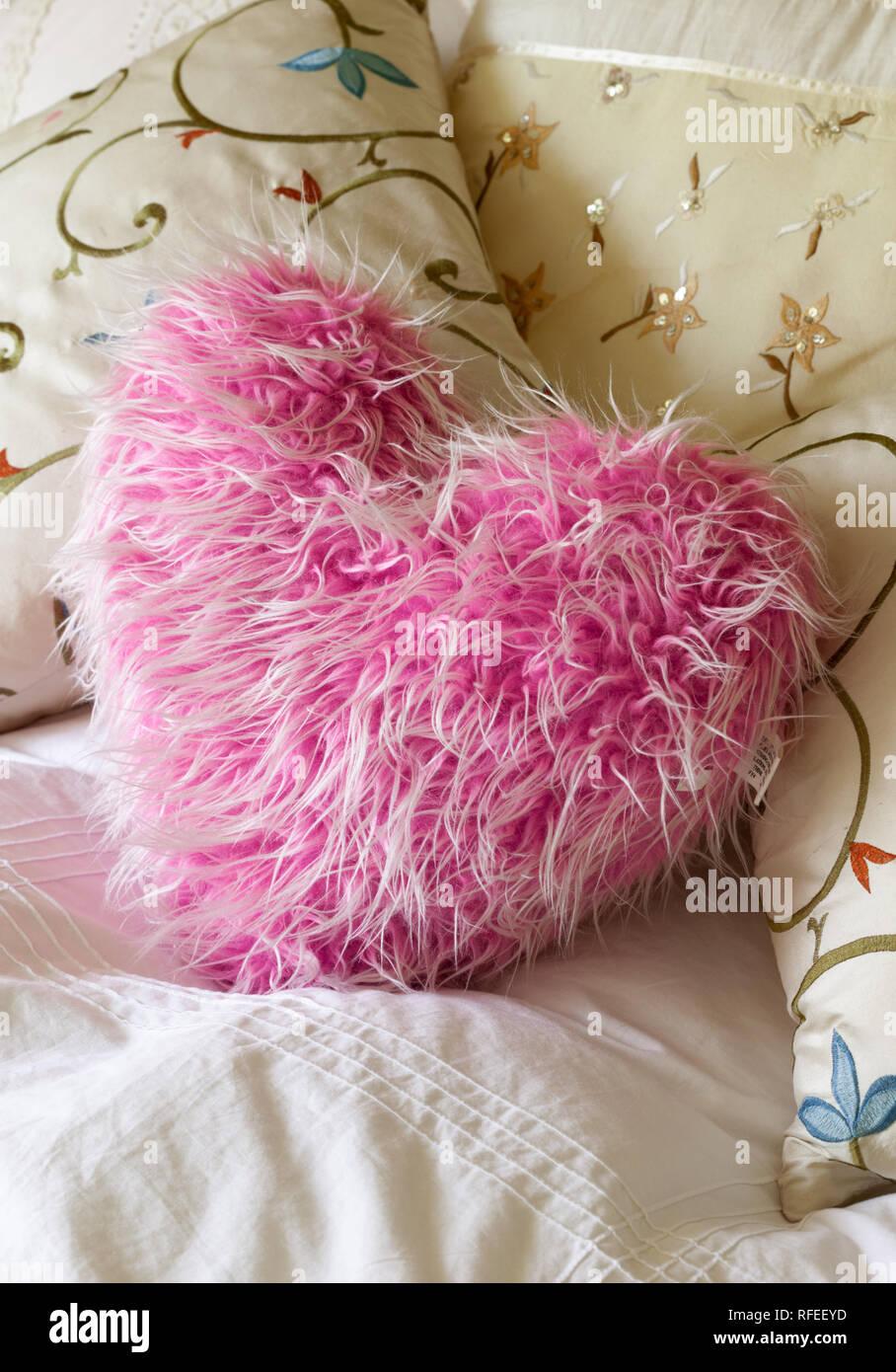 Fluffy soft rosa a forma di cuore sul cuscino del letto Foto ...