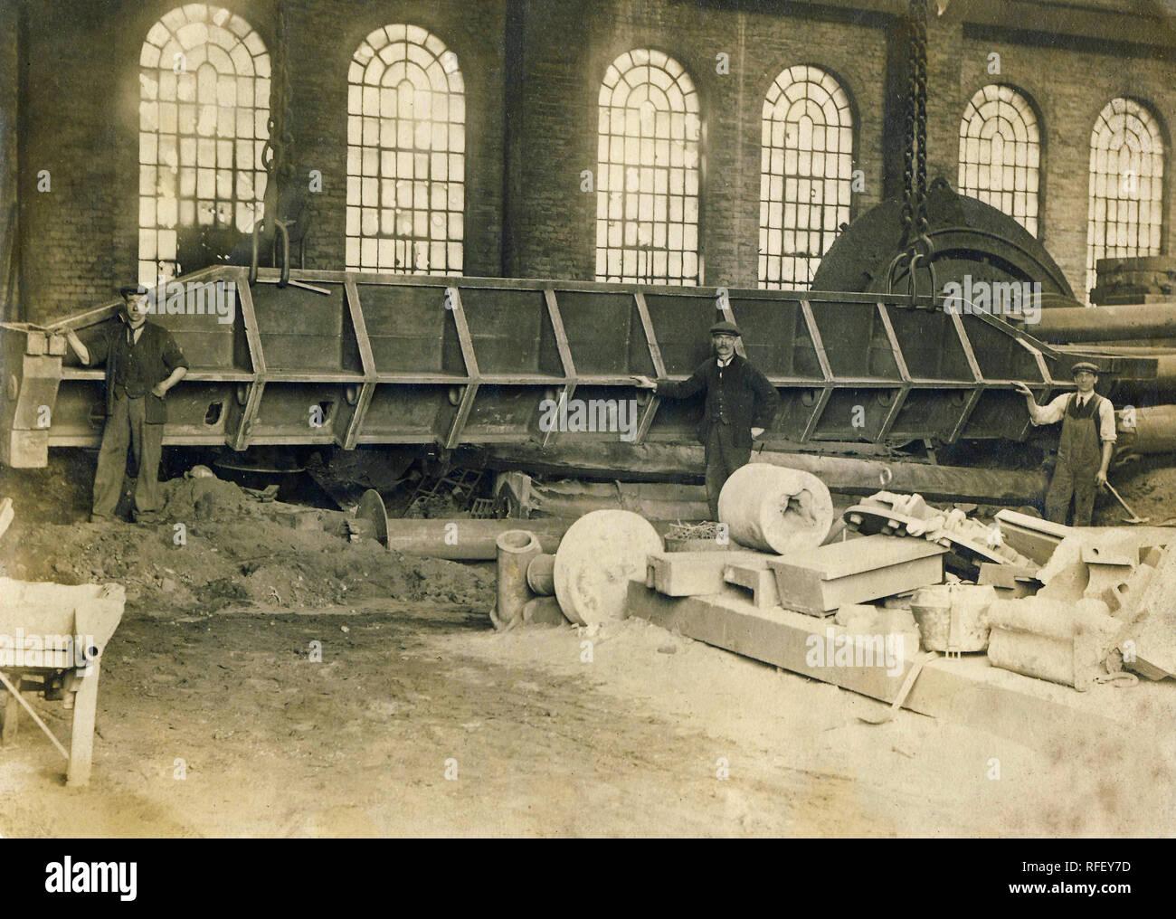 Archivio Storico di immagine di fabbrica interno c1900s Immagini Stock