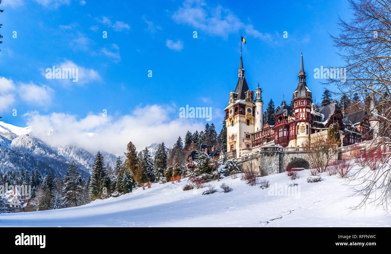 Sinaia, Romania: il Castello di Peles in una bella giornata di inverno Immagini Stock