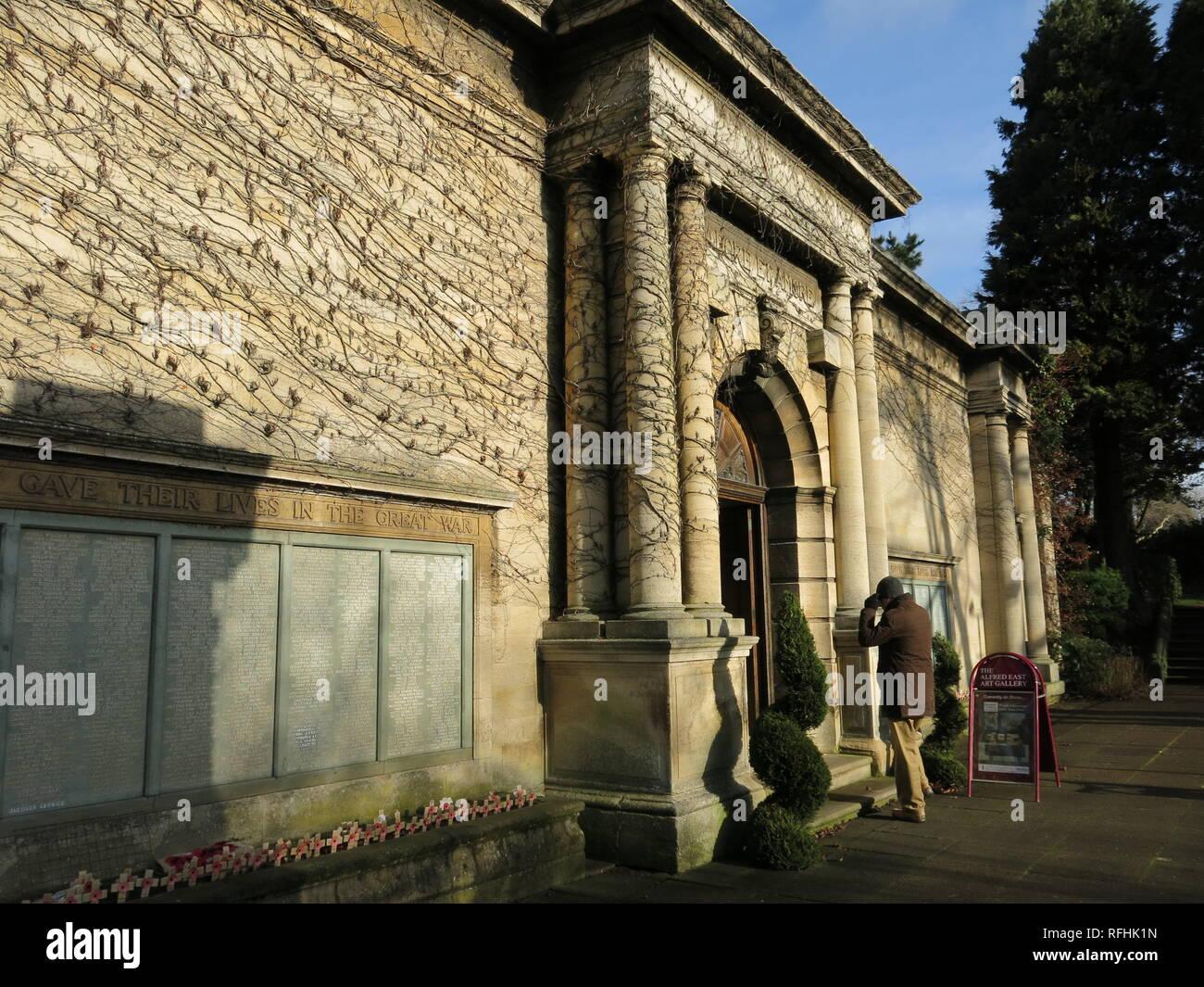 L'ingresso alla Alfred East Art Gallery di Kettering Town Center, con i rotoli di onore di uomini che hanno dato la loro vita nella Grande Guerra. Immagini Stock