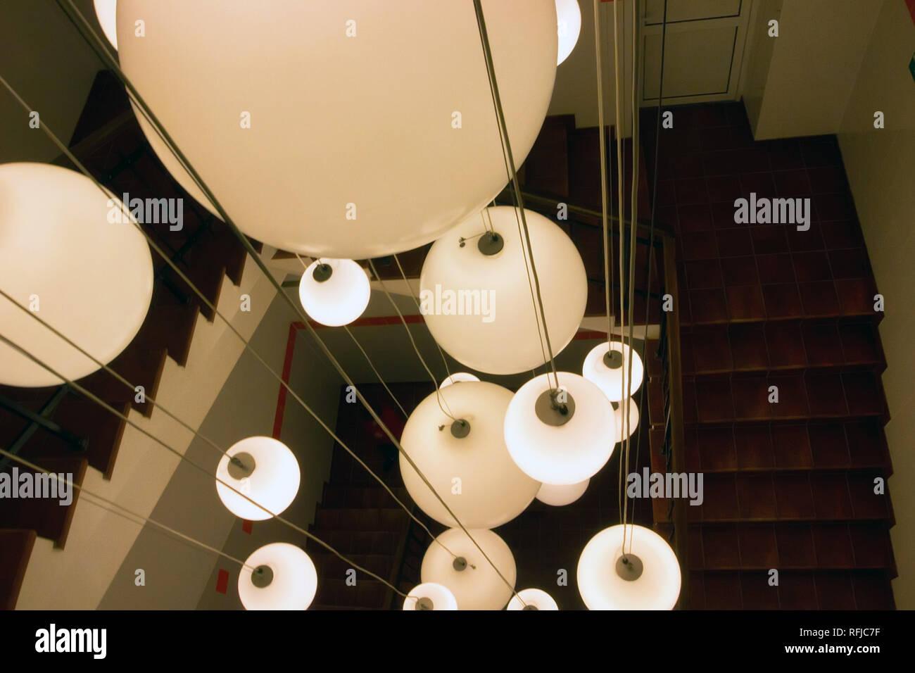 Lampadario Bianco Legno : Vista superiore marrone a scala in legno e lampadario in bianco