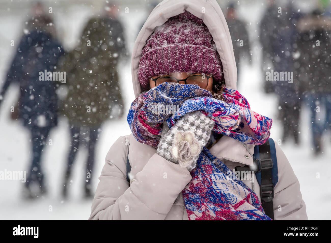 La gente a piedi nel centro di Mosca durante una nevicata, Russia Immagini Stock