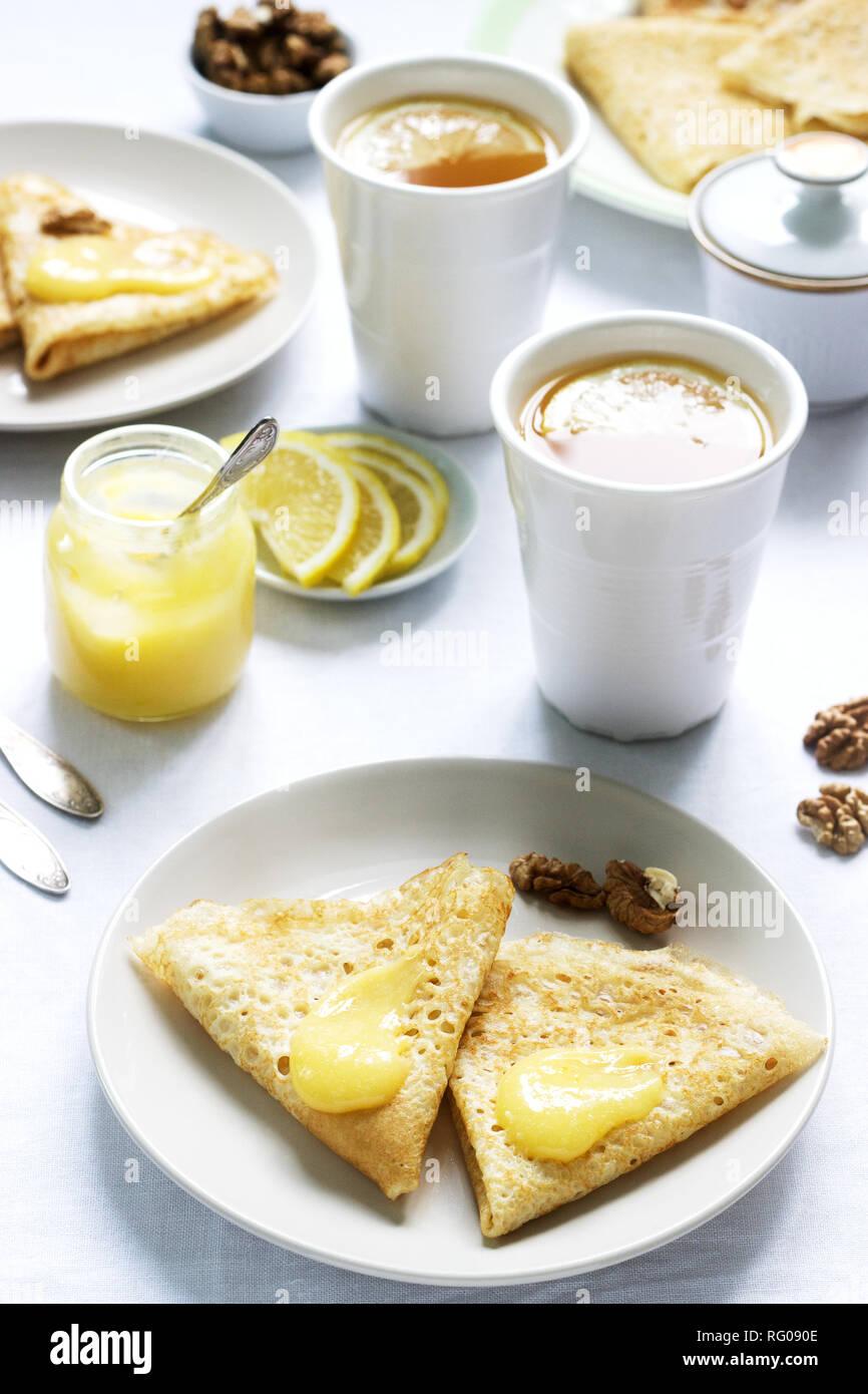 La Prima Colazione Per Due Con Pancake Crema Di Limone E Te La Prima Colazione Il Giorno Di San Valentino Messa A Fuoco Selettiva Foto Stock Alamy