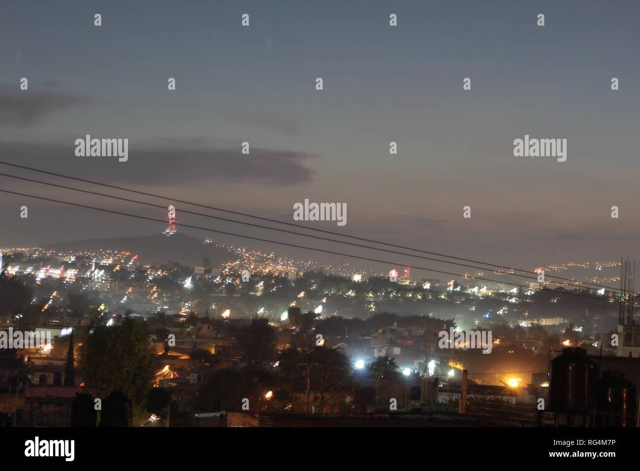 Tonala, Jalisco, Messico foto tomada con lente 18-55 mm alrededor de las 7:00 pm arriba de mi azotea vista del atardecer en invierno de la ciudad. Immagini Stock