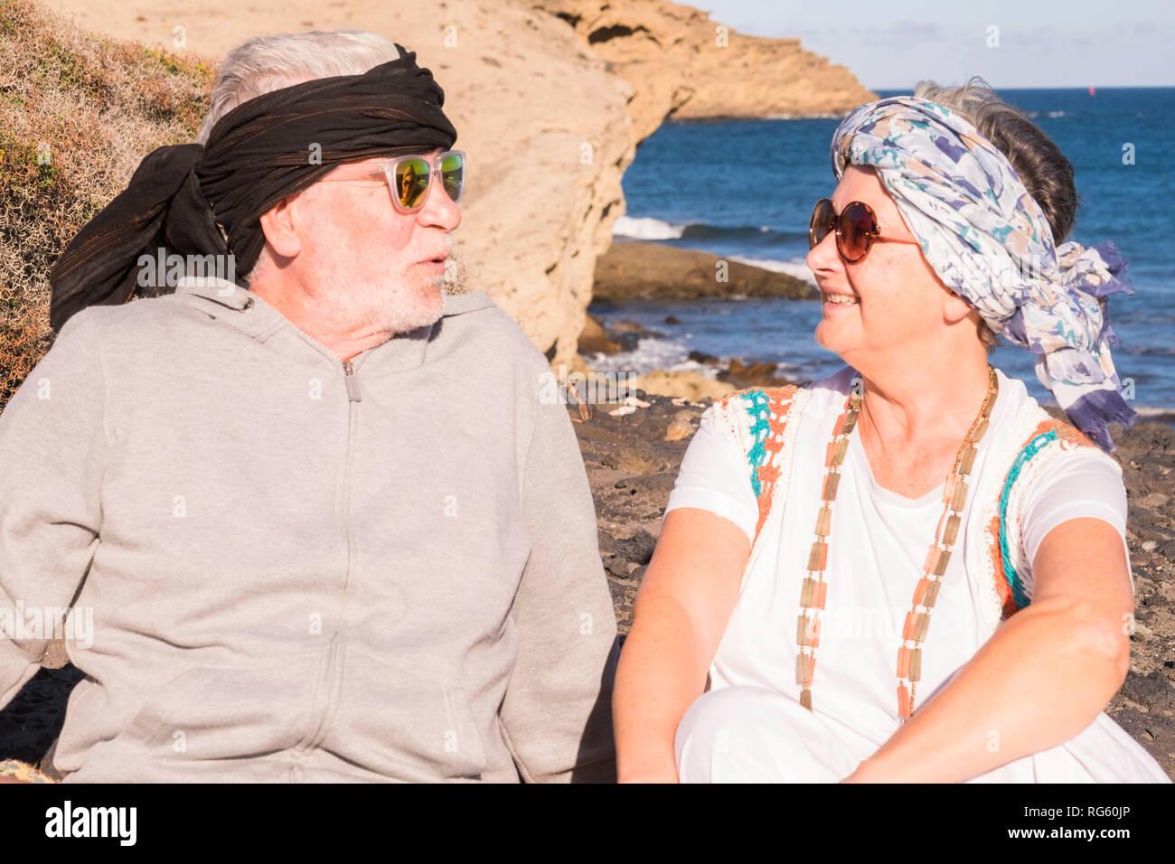 Coppia caucasica persone mature per godersi il sole e il giorno di ferie con  vestiti colorati a283a552f658